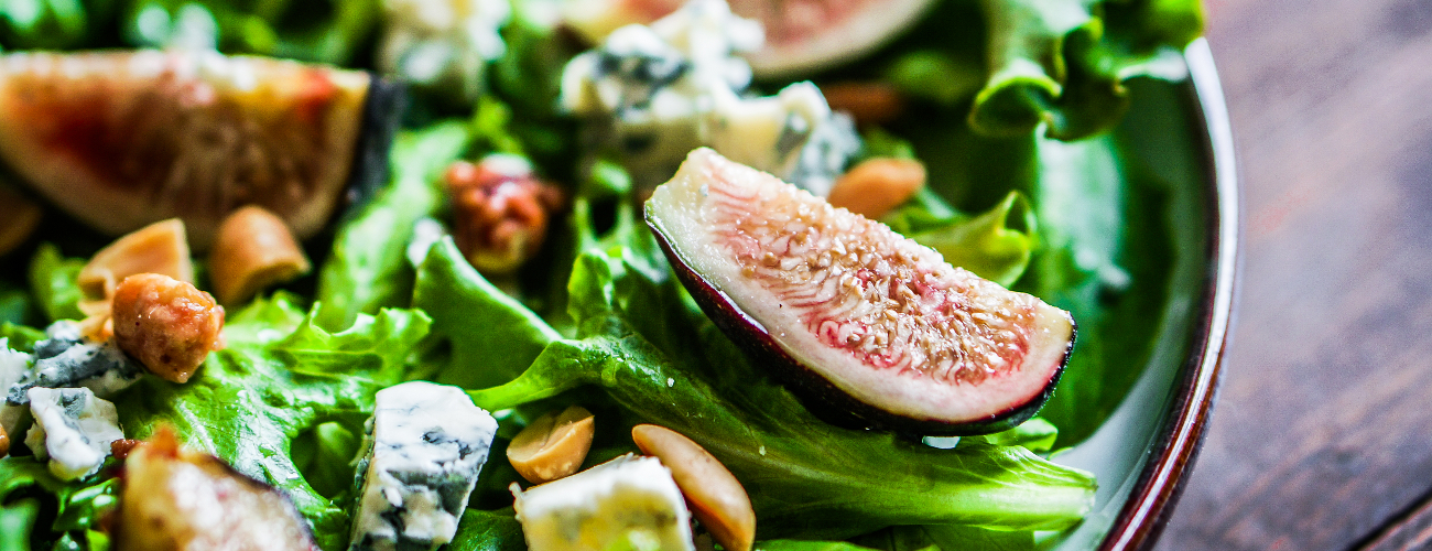 SALAD WITH FIGS AND TOP BALSAMIC CREAM WITH HONEY AND LEMON SAUCE
